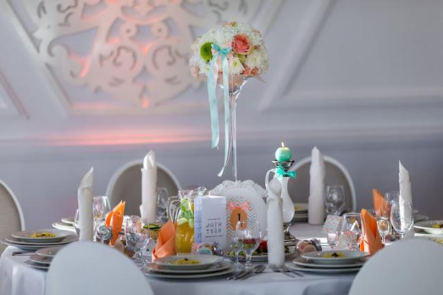 Brzoskwiniowo miętowa aranżacja stołów weselnych.