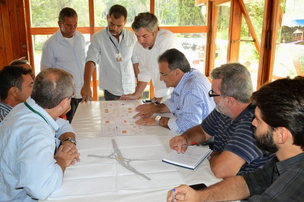 Secretários municipais Marcos Antônio da Luz (Segurança Pública) e Carlos Antônio Lopes (Fiscalização de Obras) participam de reunião sobre início da obra do viaduto