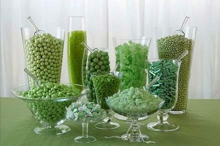 Mesa com doces na cor esmeralda