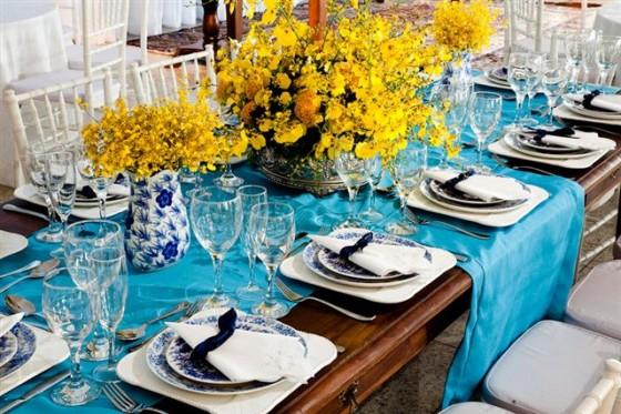 decoracao de casamento azul escuro e amarelo: em um tom de azul mais escuro trazendo equilíbrio para decoração