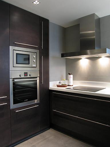 Cocina con el gris como fondo cocinas modernass for Cocina color gris y madera