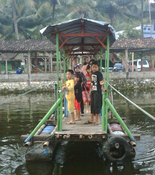 Perahu Khusus Penyeberangan ke Warung Apung
