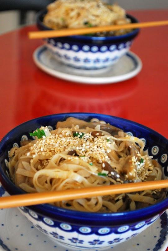 Noodles z boczniakami