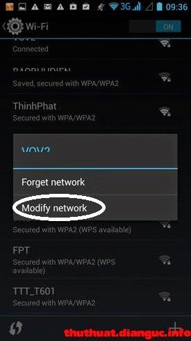 """Đổi DNS cho Android: Hãy ấn giữ ngón tay trên mạng Wi-Fi nào bạn đang dùng cho đến xuất hiện 2 lựa chọn. Hãy chọn """"Modify network""""."""