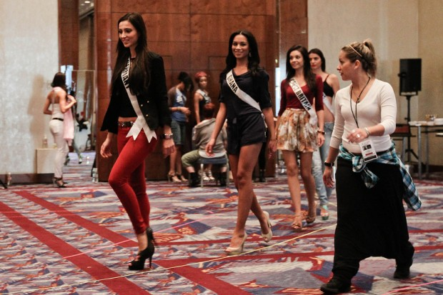 Miss-Universe-2011-Contestants-exercises-4