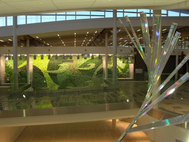 Jardín vertical del aeropuerto de Edmonton - Canada