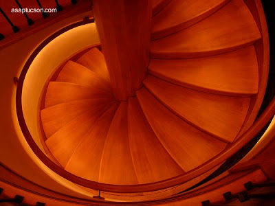 Escalera espiral de madera en interior