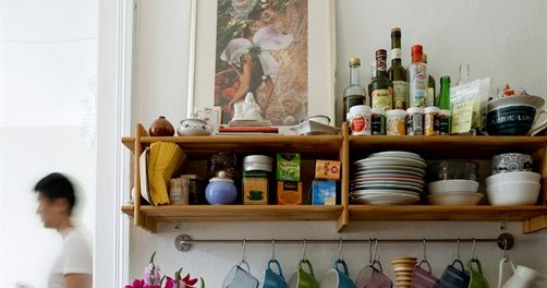 Open Kitchen Shelving And The Flexibility That Comes With It: Warm Deco: Low Cost Solution: Open Shelving/ Baldas Y