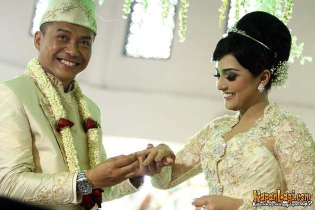 foto Pernikahan Anang dan Ashanty menyematkan cincin kawin