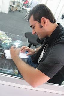 Emerson Lopes do Blog Alfredo, o vampiro autografando meu caderno