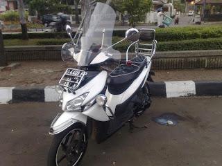 motor honda vario putih