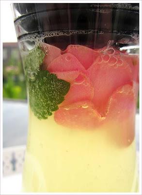 Limonade mit Zitrone, Zitronenmelisse und Rose