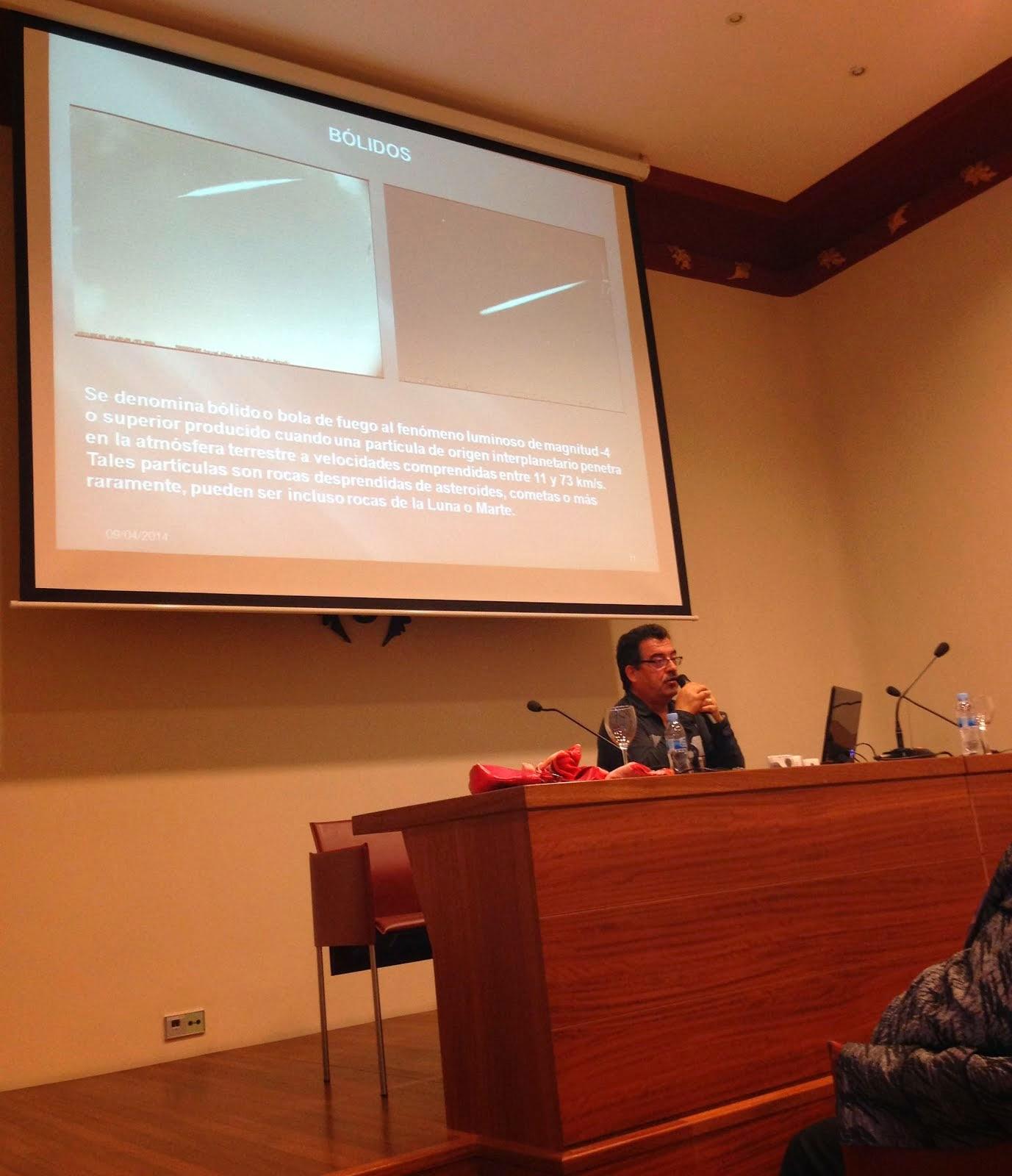 Impartint una conferència d'astronomia al Casino de Múrcia