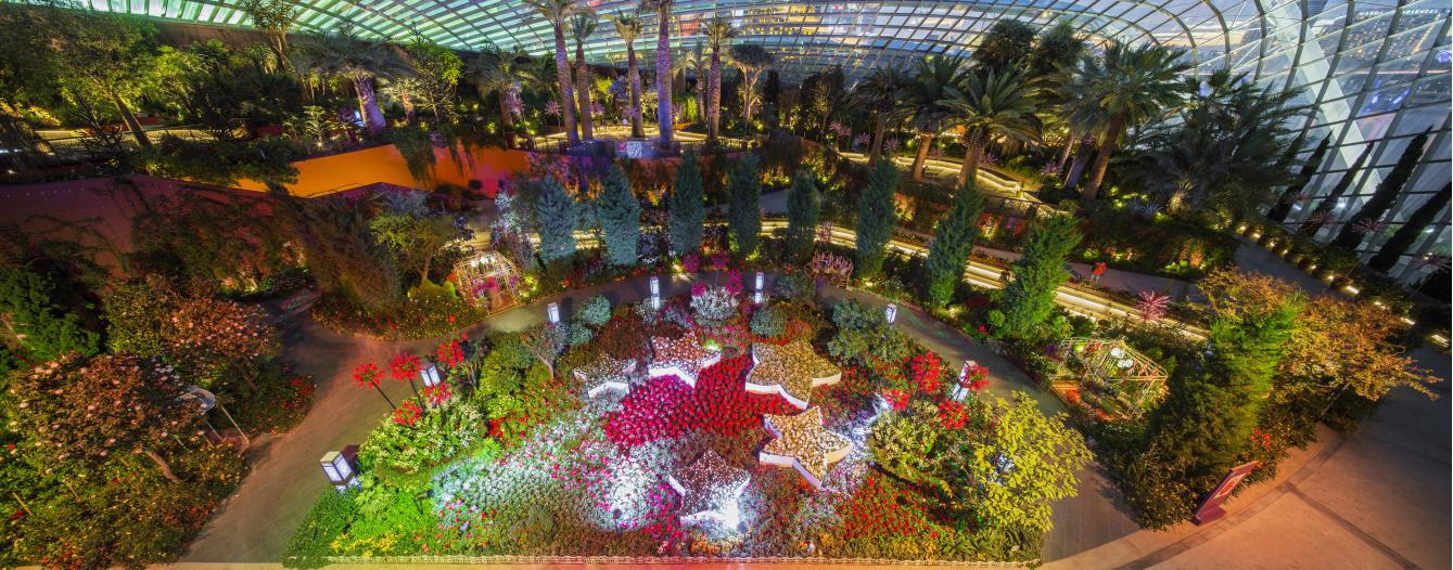 kicks off with a red and white hari raya themed floral display which also ties in with national day the floral display not only showcases a