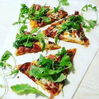 Pizzaa chorizolla, aurinkokuivatuilla tomaateilla ja kapriksilla