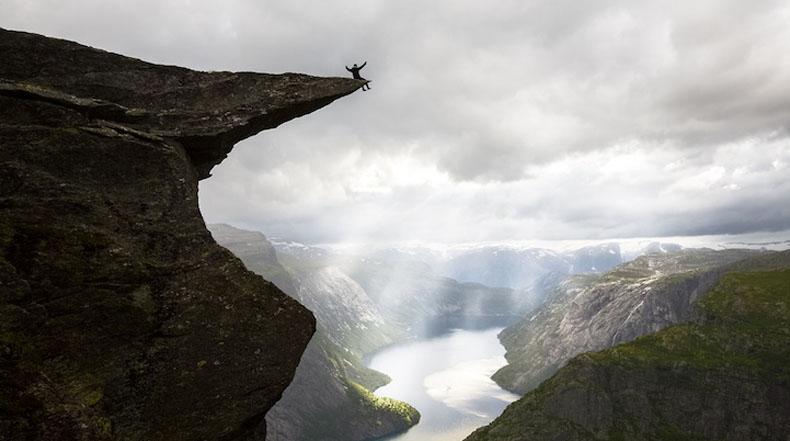 Trolltunga: La zafada roca en Noruega que cuelga horizontalmente de la montaña