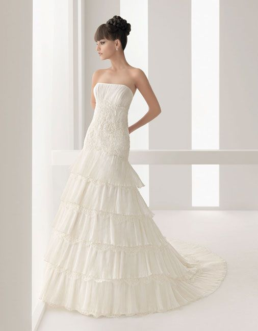 A line floor length lace bridal gown with appliques embellishment