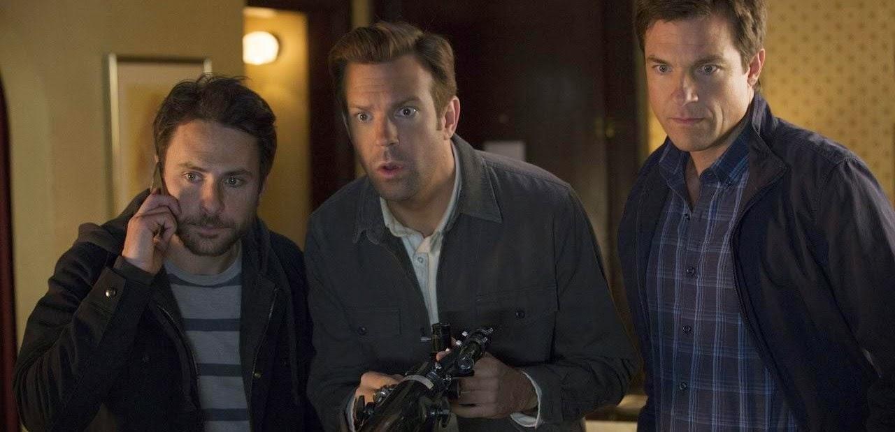 Jason Bateman, Jason Sudeikis e Charlie Day tem novos adversários no segundo trailer de Quero Matar Meu Chefe 2