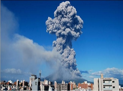 Sakurajima_volcano_eruption_2013_photo