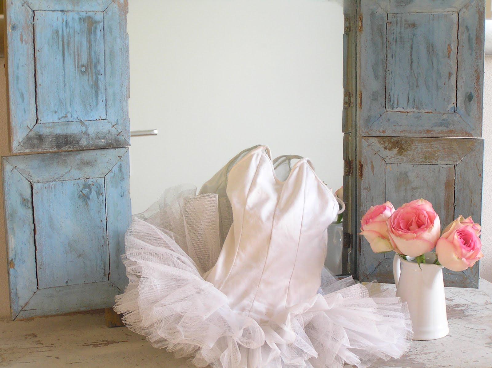 Pastels and whites: brocante blauwe spiegel met luikjes / old blue ...