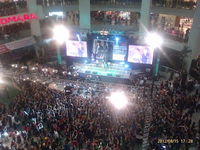 The jam-packed Trinoma Mall in Quezon City (SiHae in Manila Bench Event)