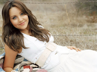 Amanda bynes cute smile in white dress images