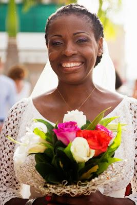 le sourire de la mariée devant la mairie du Gosier