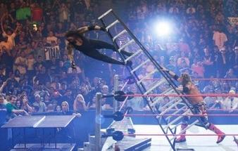 undertaker cae de una altura de más de 5 mts desde una escalera que es empujada por el ex luchador Edge
