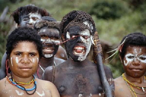 """Thổ dân Indonesia đàn ông che """"của quý"""" bằng quả bầu 1"""