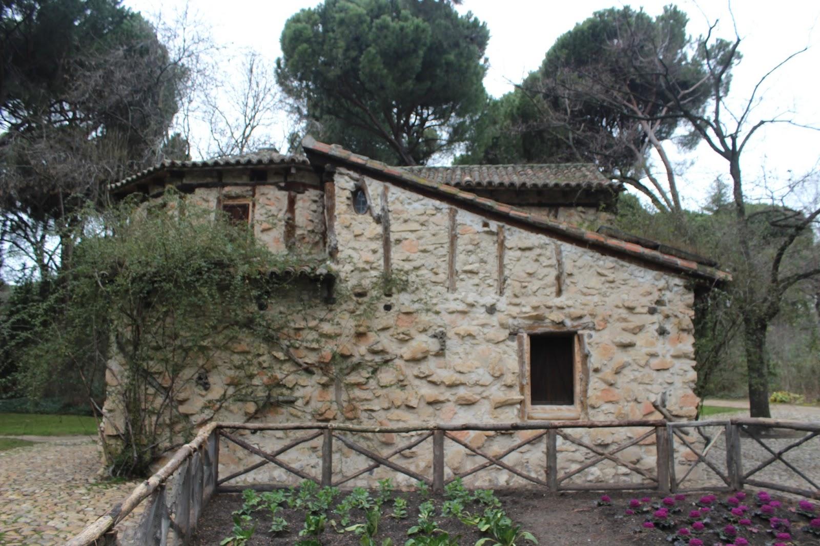 Maneti lugares que disfrutar parque del capricho o jardin for Vacas decorativas para jardin