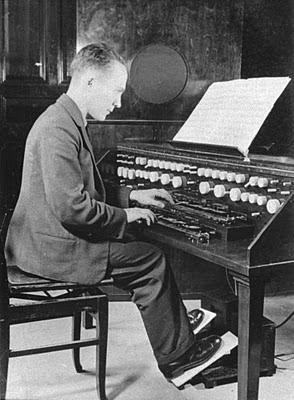Oskar Sala con el Rundfunktrautonium de 1935, el primer instrumento que desarrolló en solitario