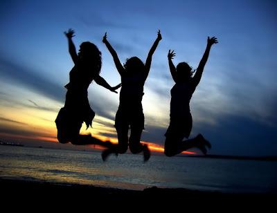 أشياء تتعلق بالنساء ويحبها الرجال بشدة - فتيات فرحات سعيدات يقفزات - happy girls jumping