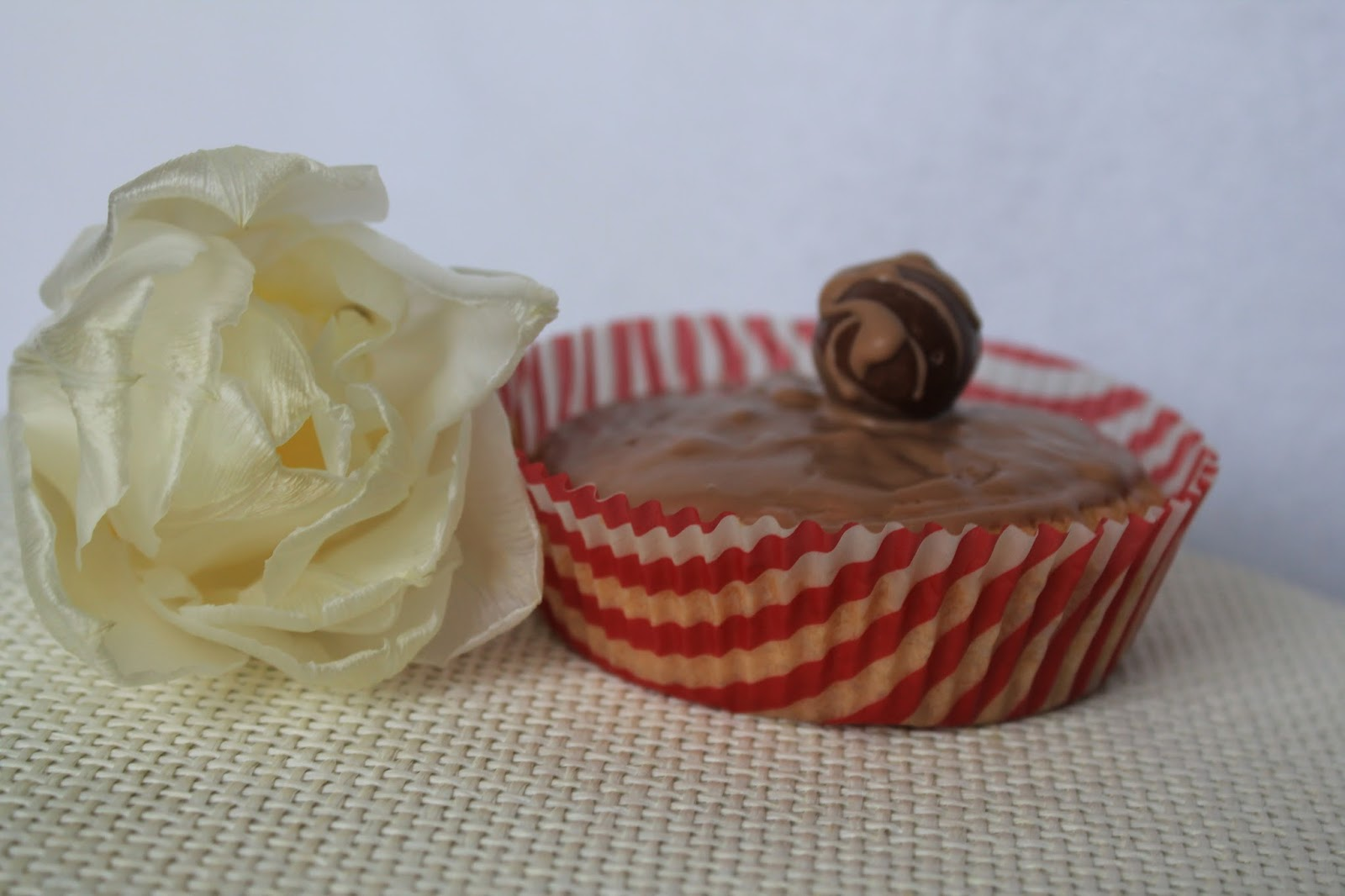 Kinderschokoladen-Muffin mit Tulpe