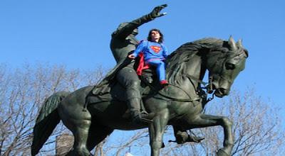 Superman Panjat George Washington