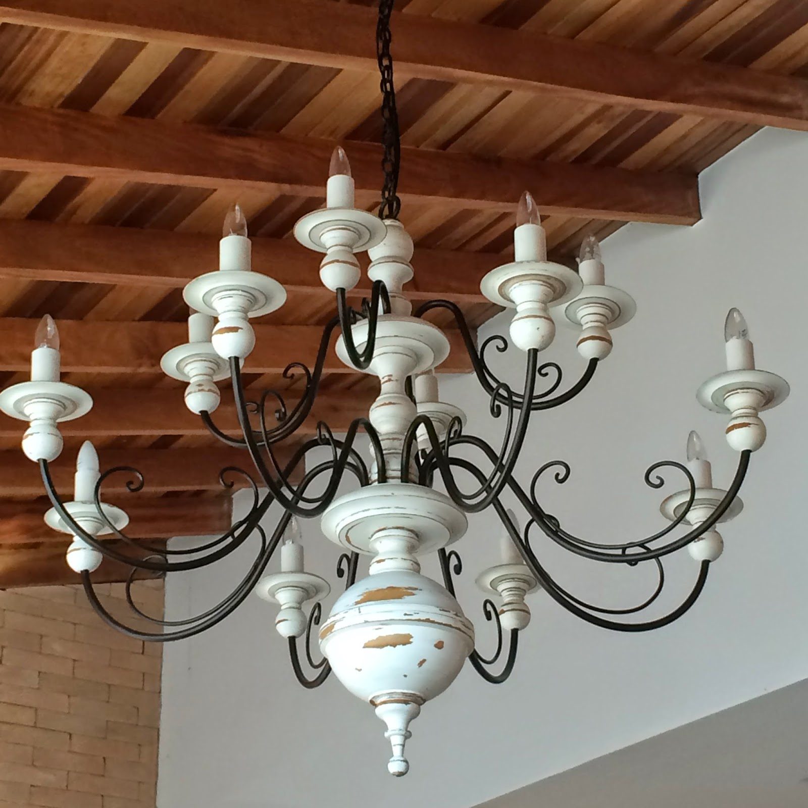 lustre r stico em metal e madeira torneada inspira o. Black Bedroom Furniture Sets. Home Design Ideas
