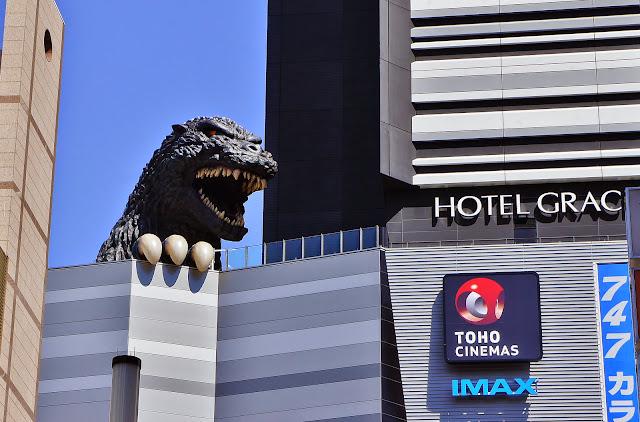 estatua de Godzilla en Shinjuku