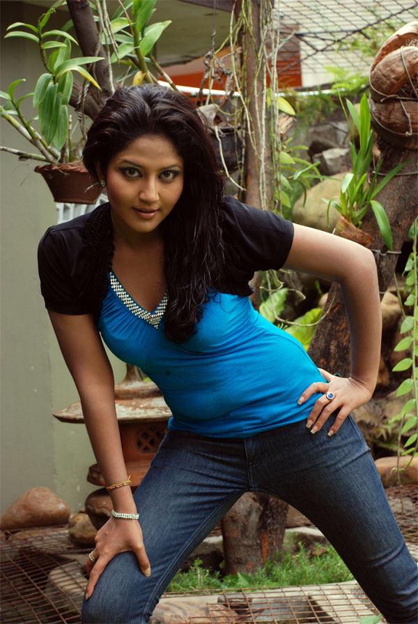 Sri Lanka fashion blog: Sri Lankan young Actress Pramudi karunarathne