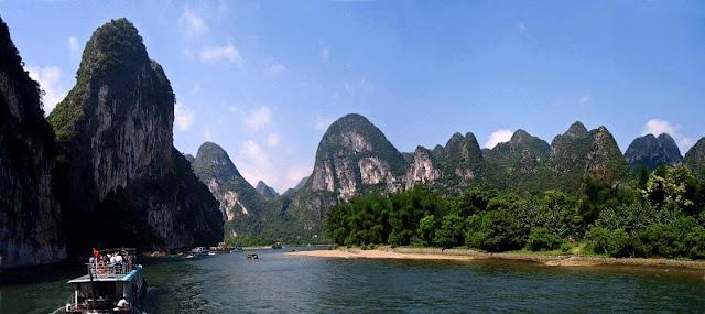 Tourist boat on the river Li