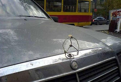 Logo Mercedes bricolé comme un cochon, marrant
