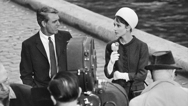 Cary Grant y Audrey Hepburn en la grabación de Charada