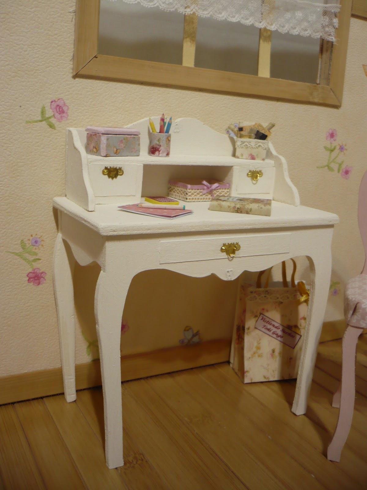 Muebles y complementos en escala 1 6 un escritorio y un for Muebles y complementos