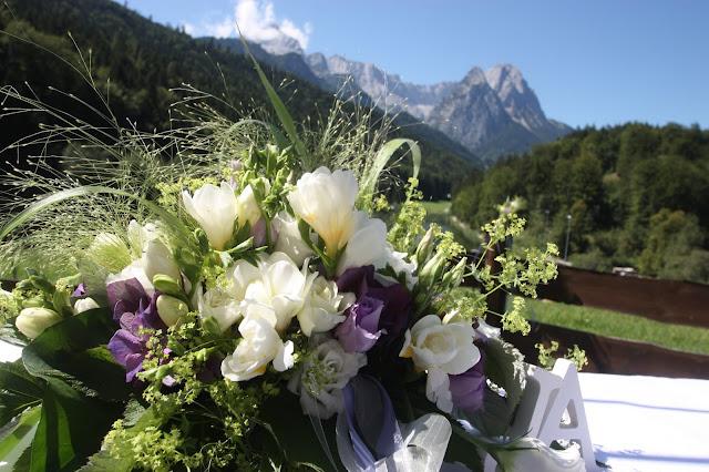Altargesteck mit Fresien und lila, Hochzeitswiese am Riessersee