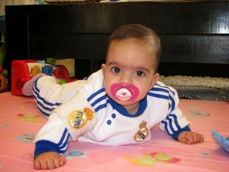 Gambar bayi lucu pakai seragam sepak bola real madrid