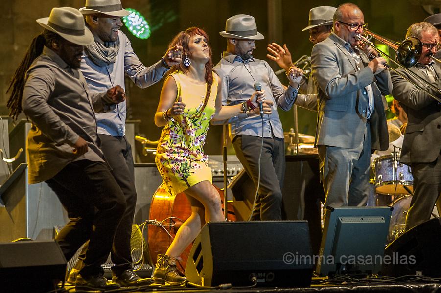 Isabelle Geffroy (Zaz) amb el quartet vocal, el trombonista Denis Leloup i el trompetista Claude Egea, Plaza de la Trinidad, Donostia, 23-7-2015