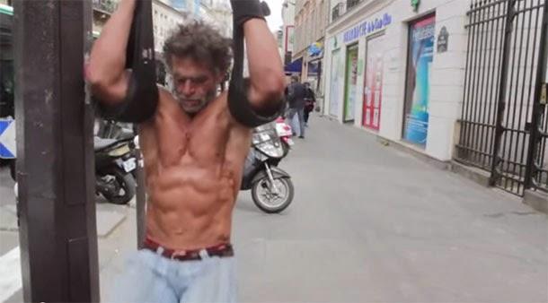 Morador de rua com corpo escultural