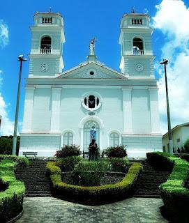 Igreja do Caravaggio, Caxias do Sul. Igreja com canteiro de cerca viva em primeiro plano.