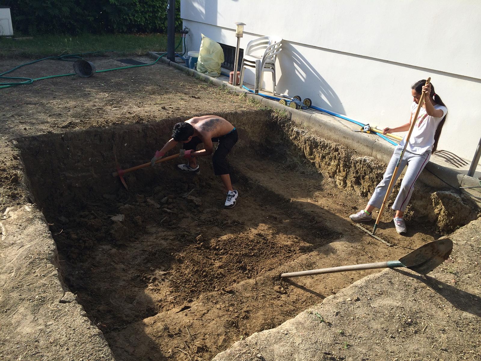 Terrassement en images construction d 39 une petite piscine for Construction d une piscine en beton