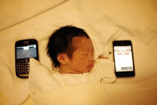 أكثر من ثلث الأطفال يستخدمون الأجهزة الذكية قبل تعلم المشي والكلام