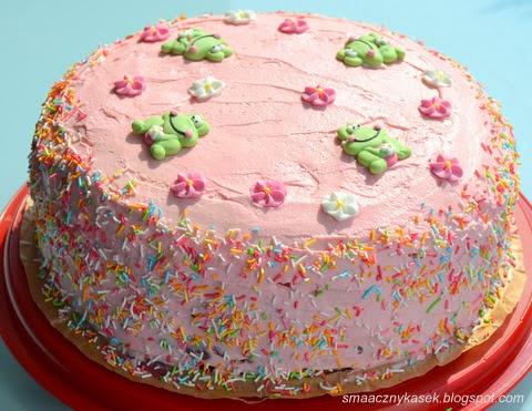 Różowy tort z wiśniami