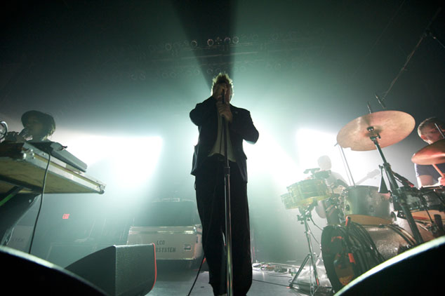 James Murphy iragan larunbatean, LCD Soundsystem taldearen azkeneko kontzertuko une batean (yestefindeque.com)